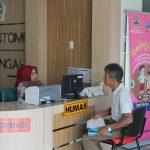 Petugas PPID memberikan layanan Informasi & Pengaduan